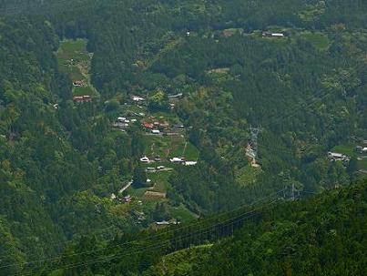 文沢林道で青部集落を見下ろす