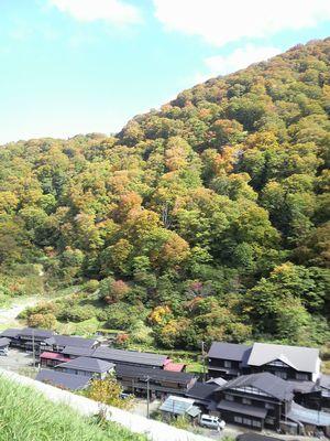 秋田県湯沢市の風景 泥湯の紅葉