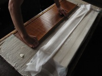簀の裏に漉き上がった和紙
