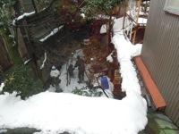 庭で雪あそび