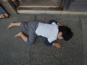 店の前で寝る
