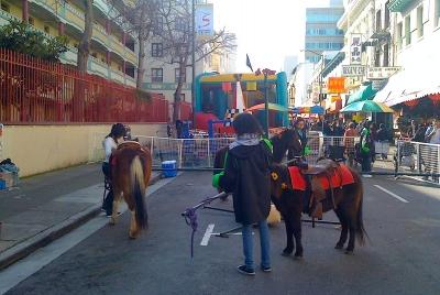 中華街にあった本物の馬を使ったメリーゴーランド