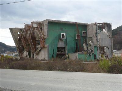 倒れたビル、緑の面が屋上、女川町