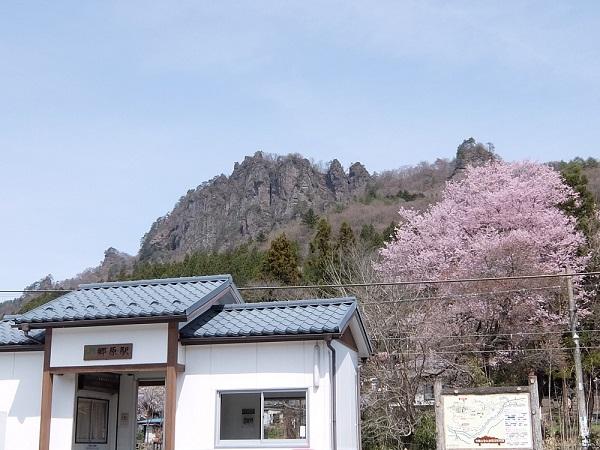 駅舎の向こうに岩櫃山が聳えていました