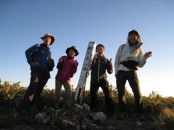 割引岳山頂手前で10月1日のご来光。この後山頂で山座同定に挑戦