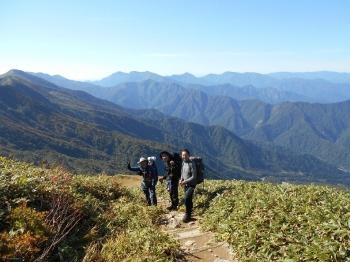 背後はSさんが以前登った大源太山と、先週班山行で登った谷川岳(の主脈) 下山後は南魚沼産の新米を購入して、温泉によってから松戸に戻りました。