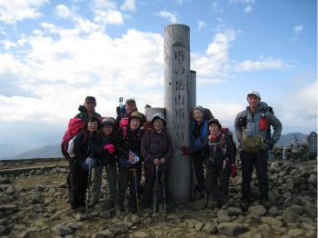 13時に塔ノ岳山頂に到着。強風と寒さのため早々に本日1枚目の集合写真を撮って、尊仏山荘で休憩(この日、富士山はずっと雲に隠れて見ることはできませんでした)