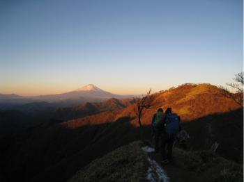 翌朝は6時30分から朝食をとり、6時50分に小屋を出発。朝陽に照らされた富士山を見ながら蛭ヶ岳を目指します。