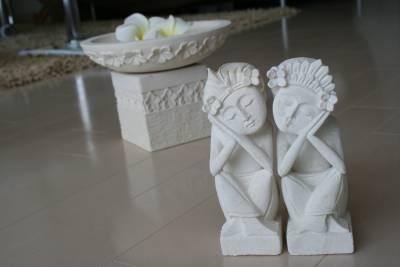 フランジパニの石彫りスタンドとバリニーズカップル