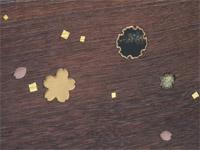 黒漆に貝の雪輪、本金の蒔絵