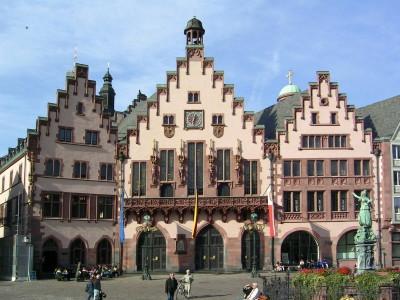 切妻屋根の3つの建物で、中央の建物がレーマーと呼ばれている旧市庁舎。レーマーの2階には、神聖ローマ帝国新皇帝の戴冠式のあとの祝宴が行われた広間カイザー