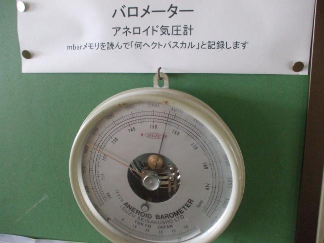 気圧計を標本のように置いておく