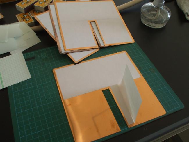 切り欠き一つの銅板を用意する
