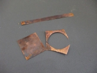 銅板をハサミで切る