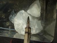 氷を鉈で割る