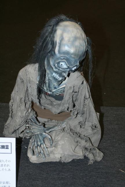 座っている幽霊