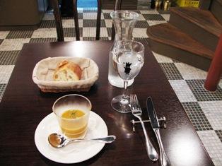 テーブルと床