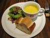 前菜のスープとサラダ