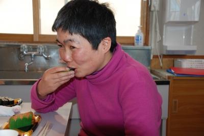お寿司を笑顔で食べている
