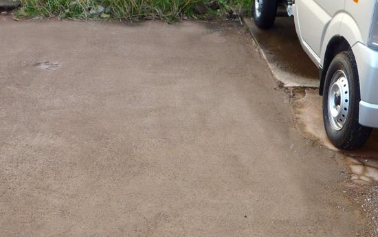 固まる土の駐車場での使用例です