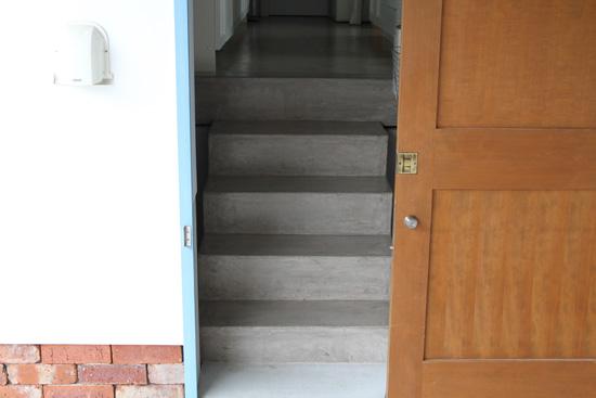 スベラサンド施工前の滑りやすいコンクリートの階段