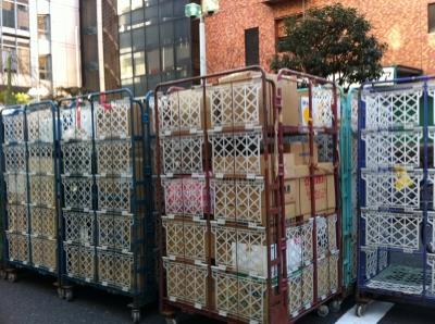 日本ユニバに送られてきた物資は、クロネコヤマトのカートに入れられたまま道路に溢れている