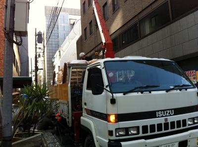 19日に東京を出発した4トントラック。荷積み作業中