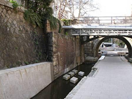 斜めに架かる橋の名残