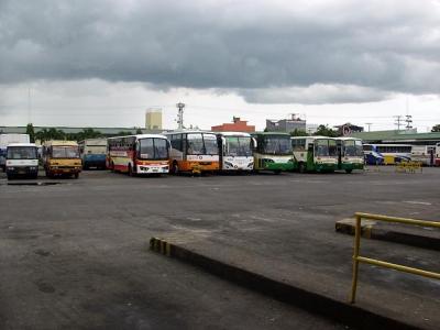 ナガセントラルバスターミナルに並ぶバス