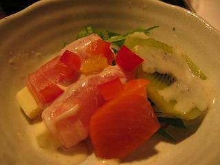 キウイフルーツと生ハムチーズのシーザーサラダ