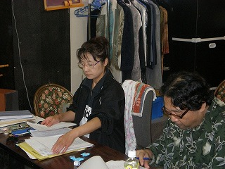 2009年八月の蒼い空稽古風景鈴鹿景子.手前演出家 006.jpg