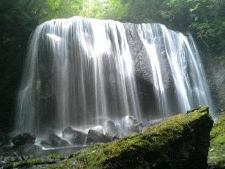 滝のそばまで行ってみましょう。