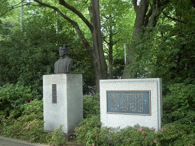 早稲田記念会堂の前の銅像