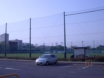 等々力球技場を背景に駐車