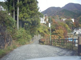 温泉宿に下りていく道