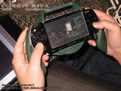 新型PSP(PSP-2000)専用の別売グリップ