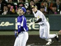 8回阪神2死二、三塁、代打林が中越えに同点二塁打を放つ。投手浅尾=甲子園
