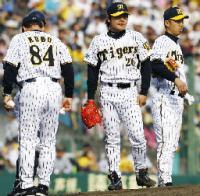 6回、連続の押し出し四球を与え降板する阪神・江草(右から2人目)=甲子園