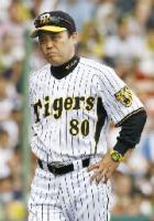 6回、今岡の三振の判定で抗議が認められず、渋い表情でベンチに戻る阪神・岡田監督=甲子園