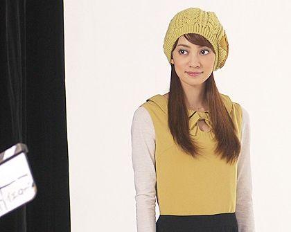 黄色のニット帽をかぶっている英玲奈
