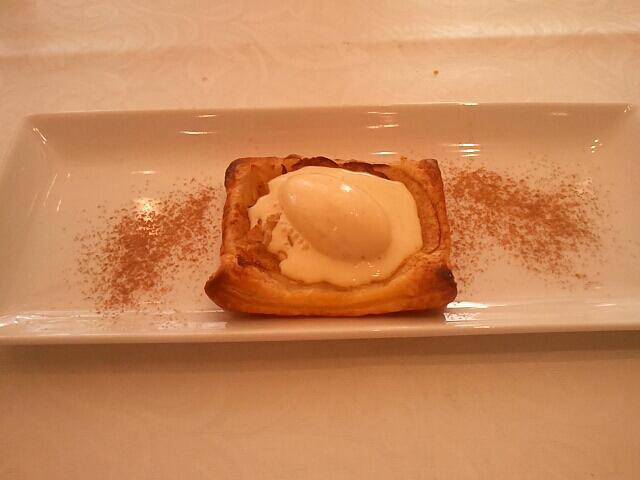 薄焼き林檎のパイ バニラジェラート添え