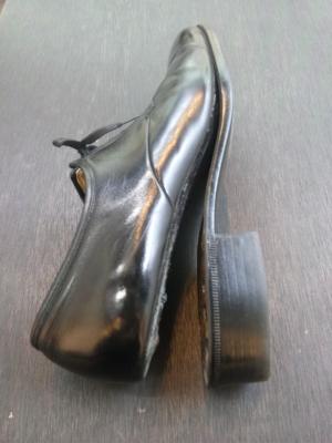 合成ゴムの底と接着剤が劣化しているのが確認できます。 靴とソール