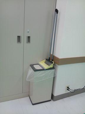 ヨークカルチャーセンター奈良☆ほうきがゴミ箱の上に〜