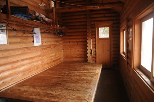 酉谷山避難小屋の中