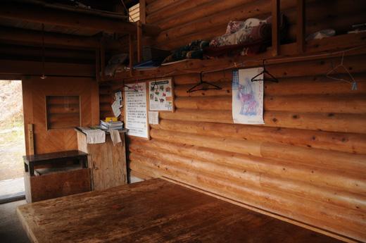 酉谷山避難小屋入口