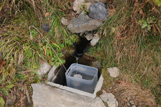 酉谷山避難小屋水場