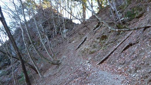 稲村岩の直下