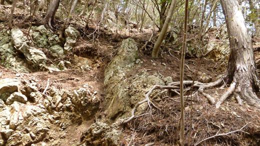 鋸山直下の岩場