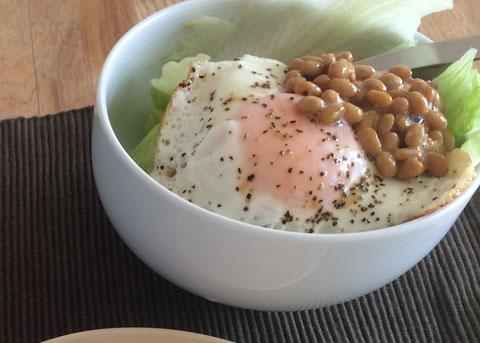 朝食 納豆 サラダ