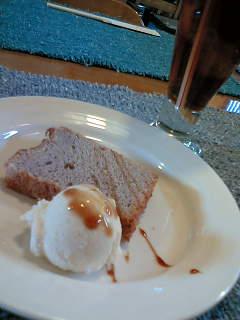紅茶のシフォンケーキ(のようなもの)バニラアイス添え